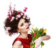 Skönhetvårflicka med blommahårstil Härlig modellwoma Fotografering för Bildbyråer