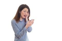 Skołatanej kobiety czytelnicza zła wiadomość na telefonie dotyka jej głowę w mi Zdjęcie Stock