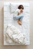 Skołowana chłopiec śpi ściśle obrazy stock