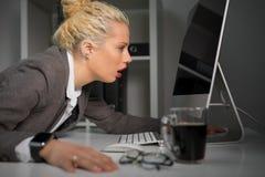 Skołowana i zmęczona kobieta patrzeje ekranu komputerowego zakończenie bardzo fotografia stock