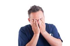 Skołowana i zmęczona mężczyzna lekarka Obrazy Stock