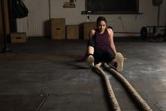 Skołowana kobieta w szkolenia gym zdjęcie stock