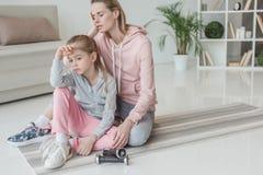 skołowana matka i córka relaksuje na joga matujemy obraz royalty free