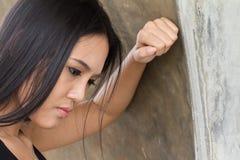 Skołowany lub męczący kobiety twarzy wyrażenie z stresem zdjęcia stock