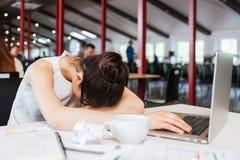 Skołowany męczący młody biznesowej kobiety dosypianie na stole przy miejscem pracy obrazy royalty free