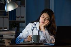 Skołowany medycznego personelu dosypianie z kawą Obraz Stock
