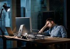 Skołowany pracownika dopatrywania komputer obraz royalty free