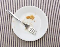 Skończony jabłczany kulebiak na talerzu z rozwidleniem zdjęcia stock