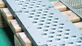 Skończony - produkty metalworking warsztat Metali talerze z stemplować dziurami zbiory