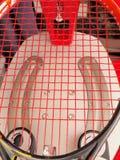 Skończony Tenisowy racquet świeżo zawiązywał na elektronicznej naciąg maszynie Zdjęcie Stock