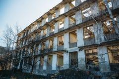 Skończony zaniechany rujnujący Europejski budynek, puści okno i betonowe ściany, obrazy royalty free