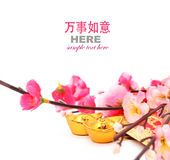 Sko-formad guldtacka (Yuan Bao) och Plum Flowers med det röda paketet Royaltyfri Fotografi