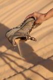 Sko med sand royaltyfri bild
