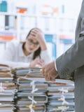 Sko?owana sekretarka overloaded z prac? zdjęcia royalty free