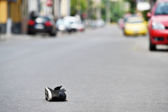Sko på gatan med bilar i bakgrund efter olycka Royaltyfri Bild