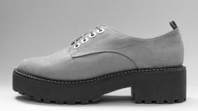 Sko som är utsatt med gråaktiga signaler Arkivfoto