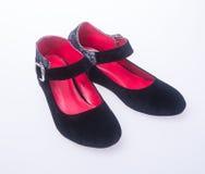 sko svarta skor för färgmodekvinna på en bakgrund Arkivfoto