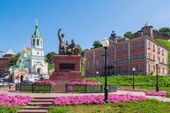 Skoba fyrkant i Nizhny Novgorod I förgrunden - Minin och P royaltyfria bilder