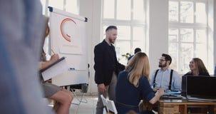 Skoczna dyskusja przy nowożytnym biurowym konwersatorium, szczęśliwy w średnim wieku biznesmen mówi wieloetniczni korporacyjni pr zdjęcie wideo