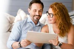 Skoczna para ma rozmowę w domu obraz stock