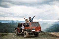 Skoczni młodzi ludzie podróżuje w ich droga pojazdzie fotografia stock