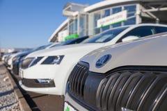 Skoda-embleem op een Skoda-auto bij een autohandelaar in Duitsland stock afbeeldingen