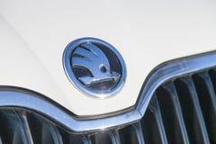 Skoda-Logo auf einem Skoda-Auto an einem Autohändler in Deutschland Lizenzfreie Stockbilder