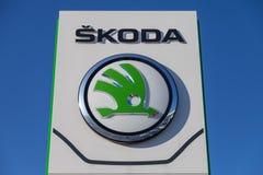 Skoda-Logo auf einem Autohändler in Deutschland Stockfoto