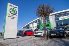 Skoda-Logo auf einem Autohändler in Deutschland Stockbilder