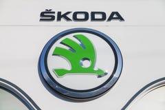 Skoda-Logo auf einem Autohändler in Deutschland Lizenzfreie Stockbilder