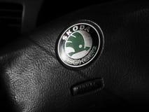 Skoda logo på körningshjulet av en Octavia A5 Royaltyfri Fotografi