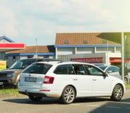 Skoda Octavia furgonu samochodowy jeżdżenie w kierunku samochodowego obmycia Zdjęcie Royalty Free