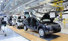 Skoda Octavia sur la ligne de convoyeur dans l'usine Images libres de droits