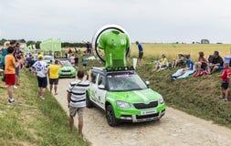 Skoda-Wohnwagen auf einem Kopfstein-Straßen-Tour de France 2015 Lizenzfreies Stockfoto