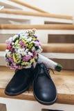 Skodon av brudgummen på momenten och en bröllopbukett Arkivbilder