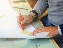 Skoformgivare som arbetar med pappers- modeller f?r l?derklipp fotografering för bildbyråer