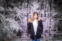 Skog för skönhetflickastående royaltyfria foton