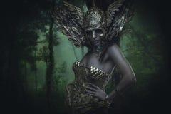Skog gud, härlig kvinna med grönt hår i guld- gudinna Royaltyfri Fotografi