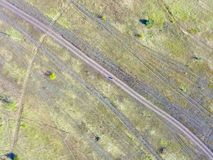 Skog och fält med en slingaflygfotografering Arkivbild
