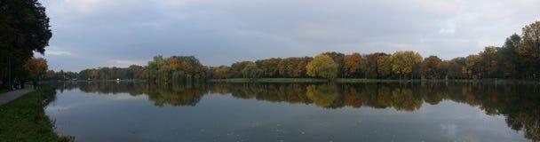 Skog- och sjölandskap med spegelreflexion i vatten arkivfoto