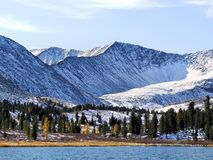 Skog sjö i bergen. Arkivfoto