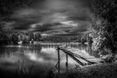 Skog sjö i höst Arkivbilder