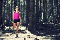 skog som sträcker utbildningskvinnan arkivfoton