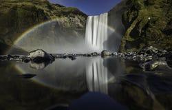 Skogafoss瀑布冰岛美丽如画的巨大的彩虹出现于水薄雾 免版税库存照片