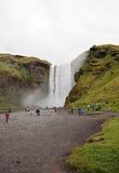 Skogafoss瀑布和游人在夏天,冰岛 免版税图库摄影