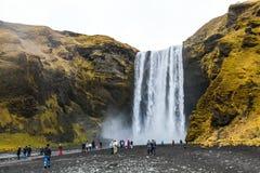 Skogafoss瀑布在Mà ½ rdalsjökull冰川下的冰岛 免版税库存图片