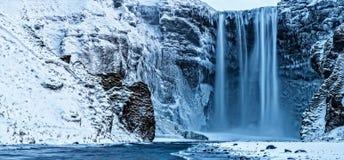 Skogafoss瀑布美丽的全景照片在冬天, Icel 图库摄影