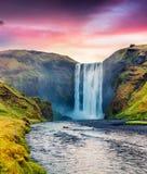 Skogafoss瀑布难以相信的夏天视图在Skoga河的 免版税库存图片