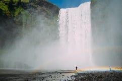 Skogafoss -瀑布在有两条彩虹的冰岛 库存照片