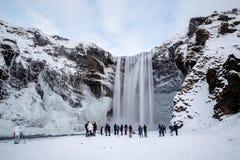 SKOGAFOSS/ICELAND - 2. FEBRUAR: Ansicht von Skogafoss-Wasserfall in Wint Stockfotos
